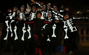 Stàit Neo-Eisimeileach Sonais & PACE Youth Theatre Halloween Stilters
